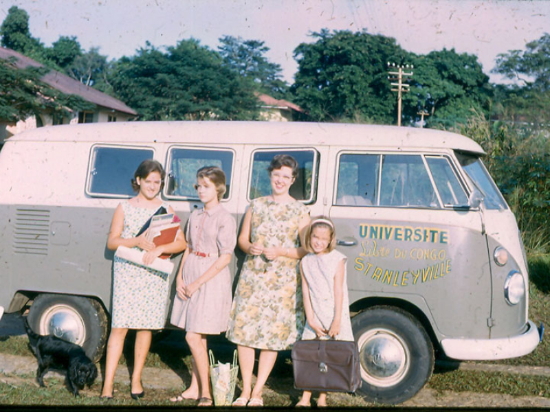 Anne, Lucy, Betsy, Susan in front of ULC kombi